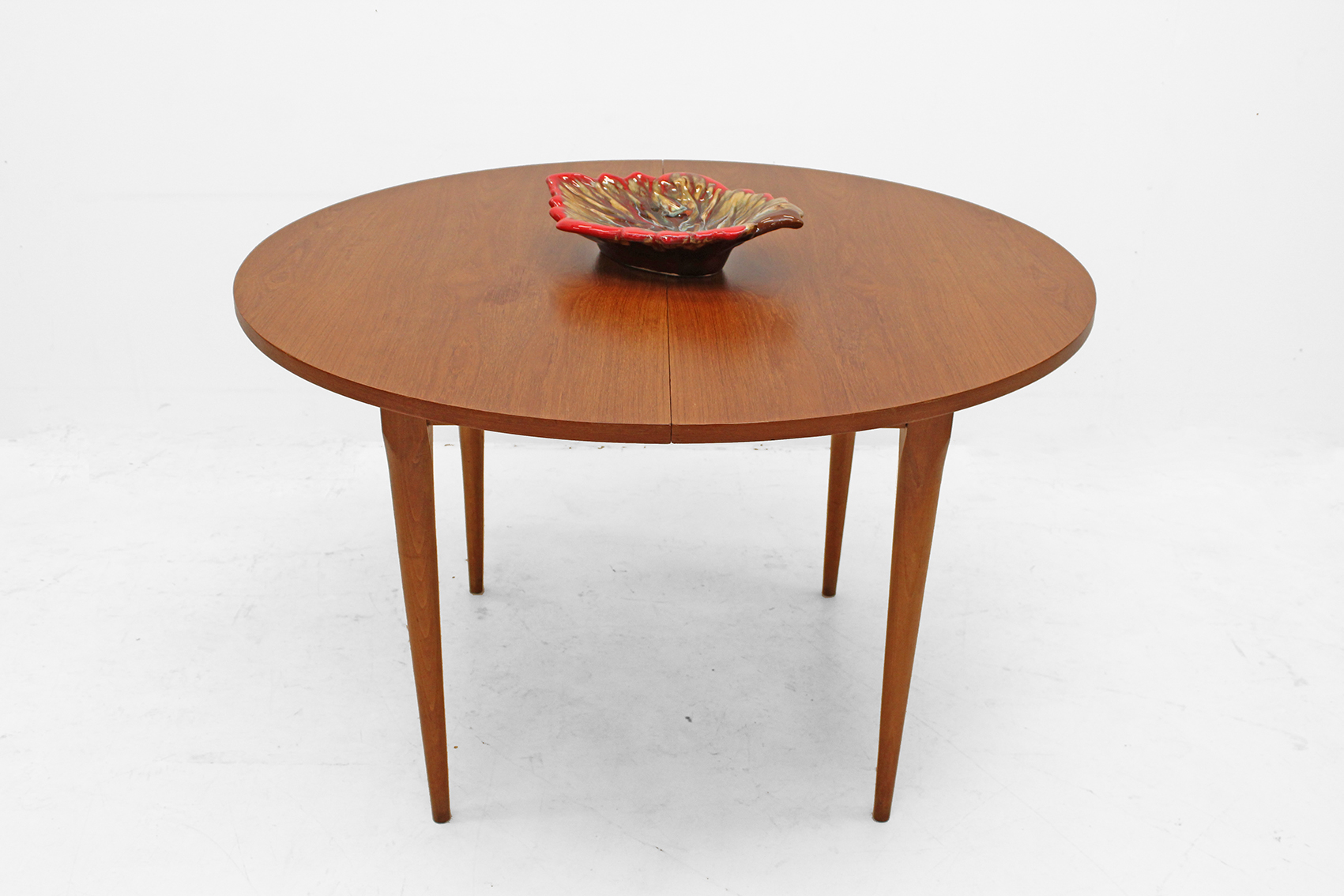 Round table in teak