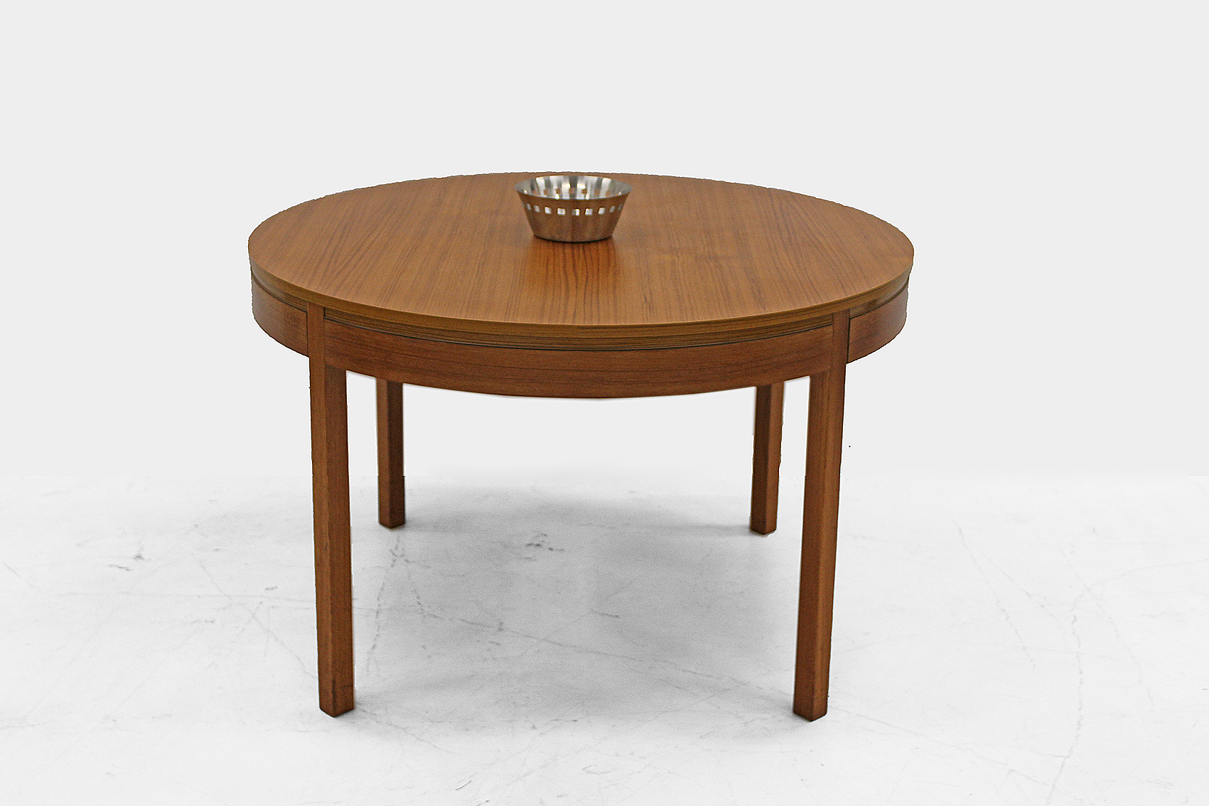 extendable round table in teak